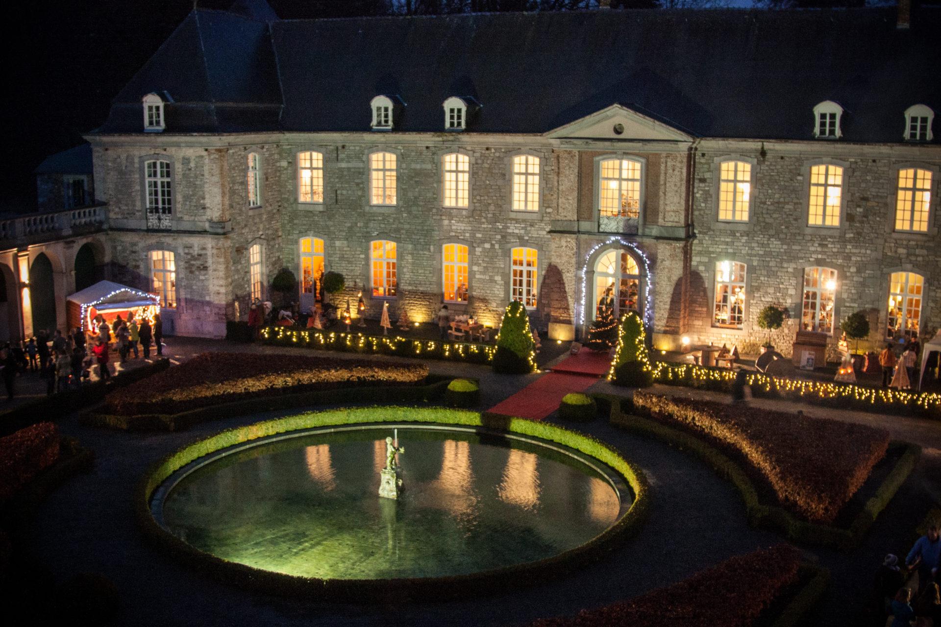 La-cour-du-chateau-dannevoie-illuminée